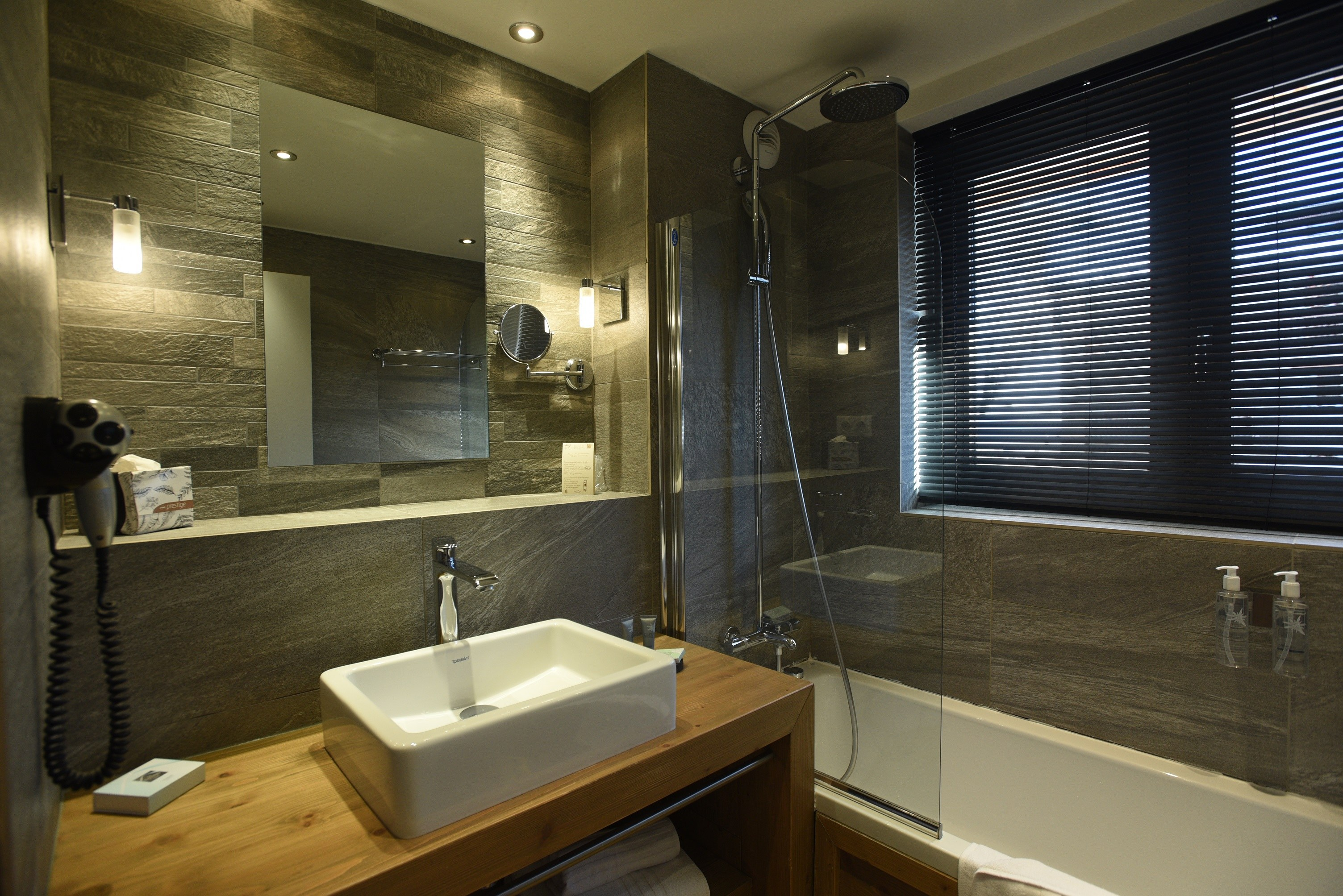 hotel-on-the-slopes-val-isere-family-room-bathroom