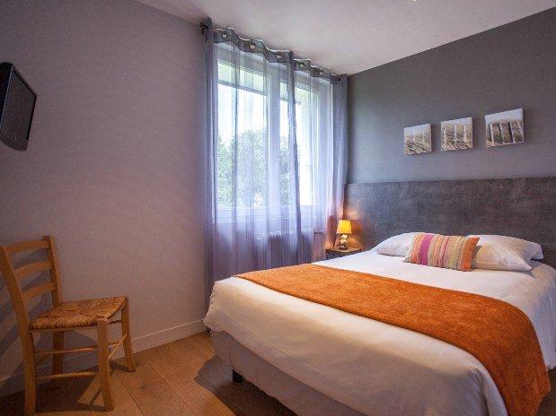 cozy-hotel-cosy-d-affaires-Morlaix-chambre-famille-lit-double-TV-chaise