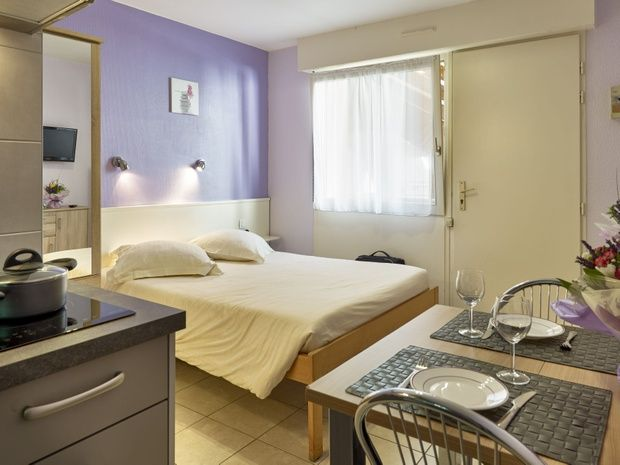 appart-hotel-residence-amneville-chambre-lit-table-chaise-couvet-fenetre-oreiller