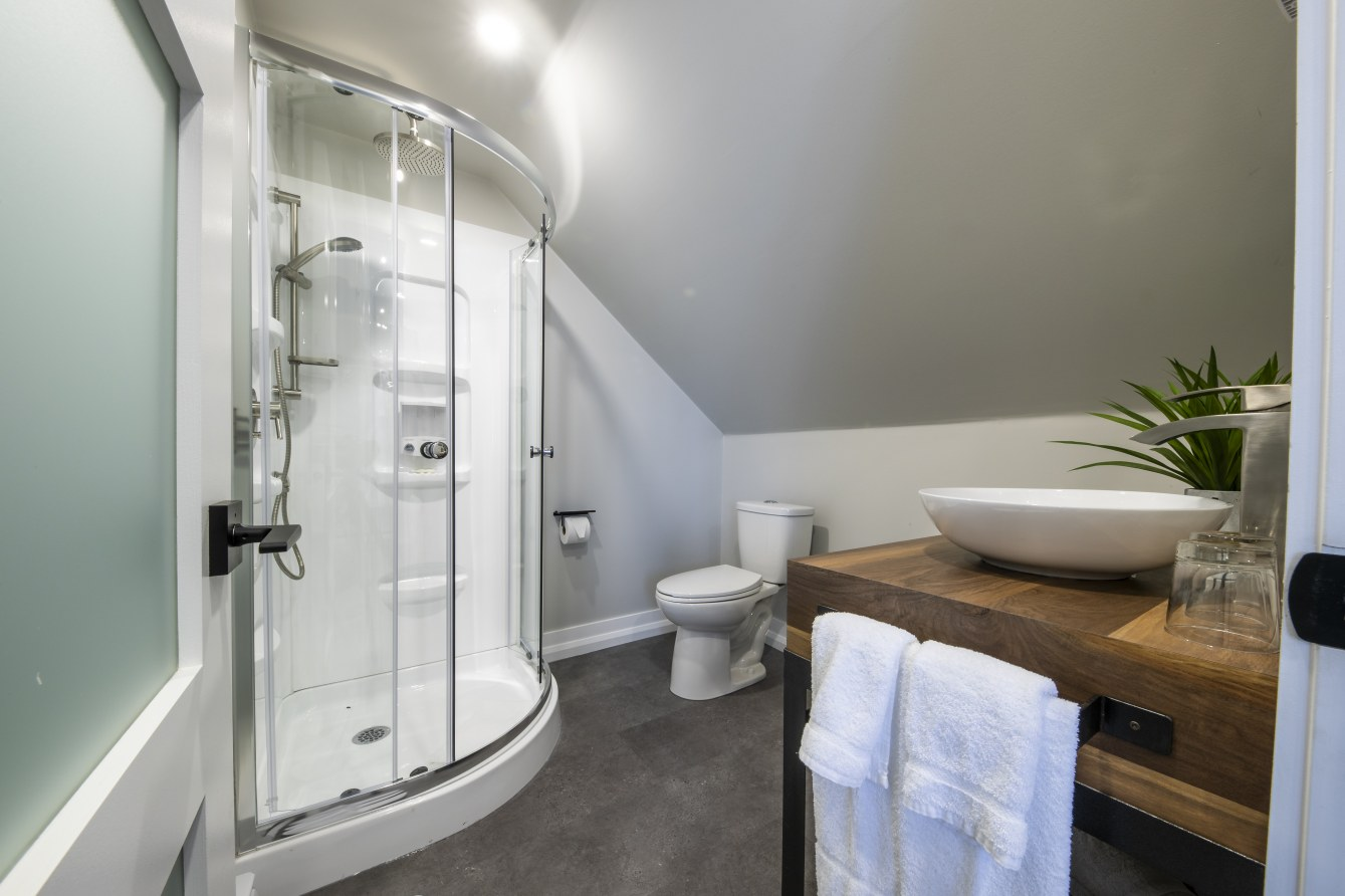 hotel-proche-aéroport-sherbrooke-chambre-supérieure-salle-de-bain