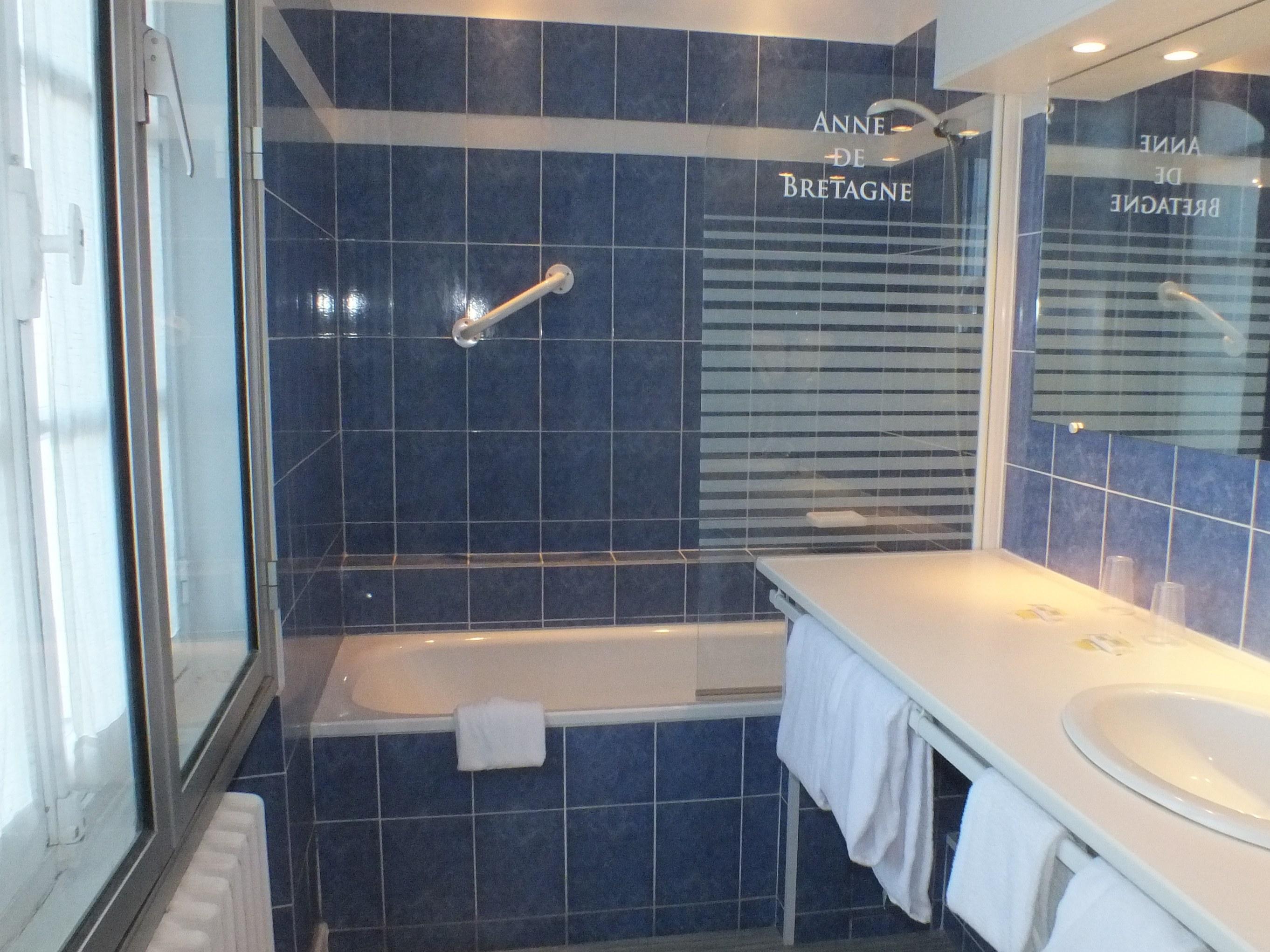salle de bains = 2 lits individuels