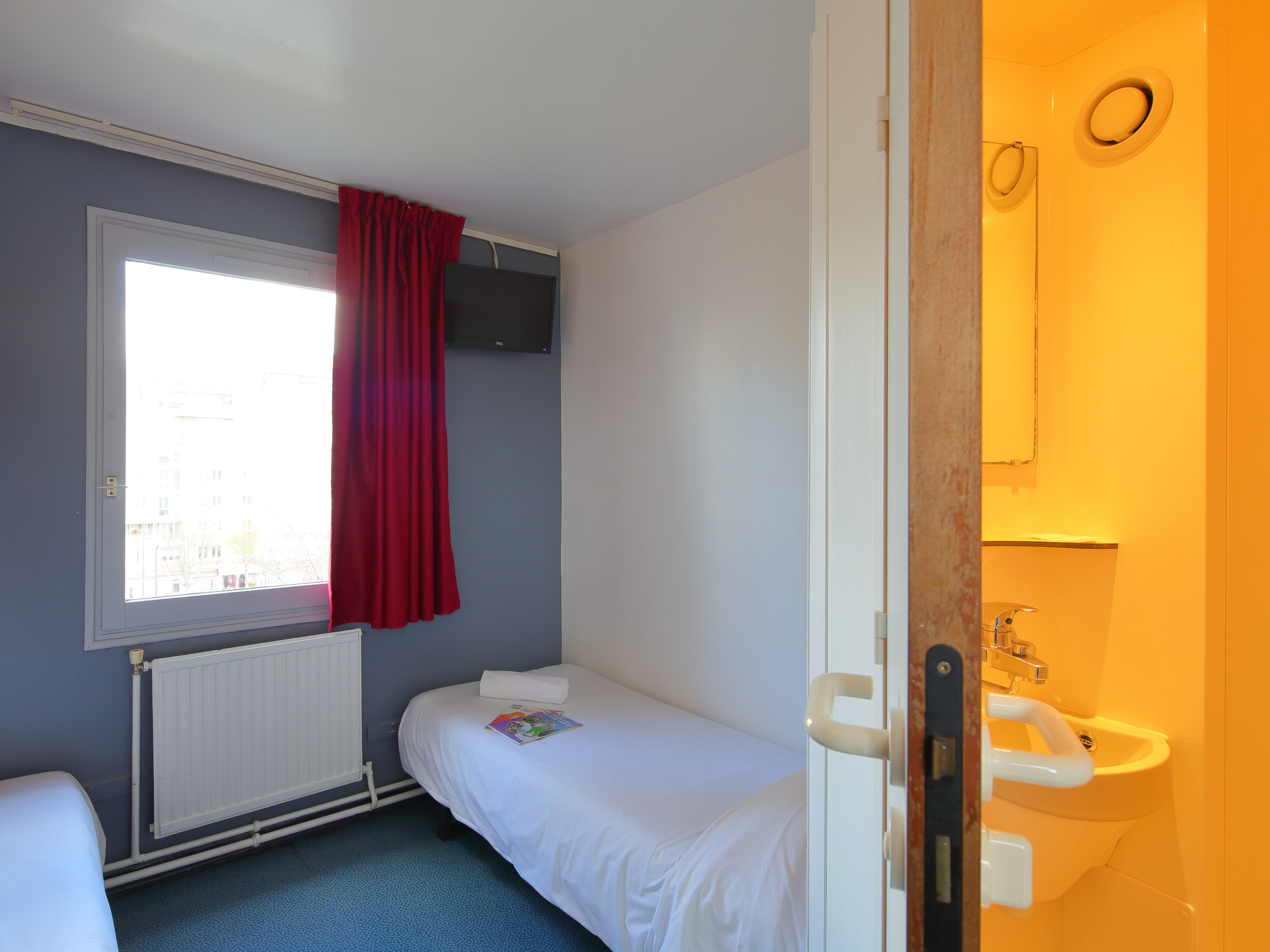 hotel-paris-13-avec-parking-chambre-lit-rideau-fenetre