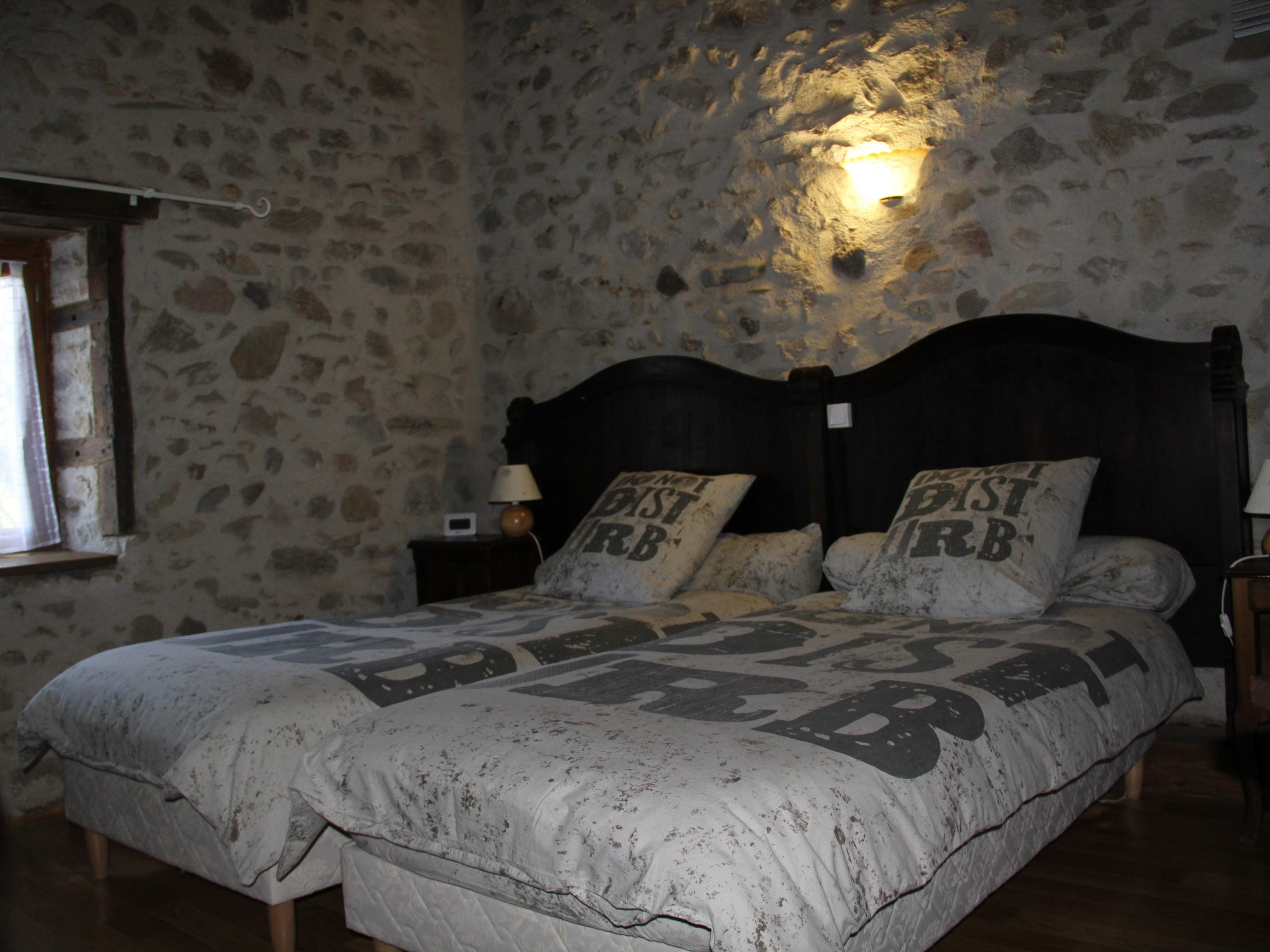 chambre-hotes-auvergne-lit-oreiller-parure-fenetre