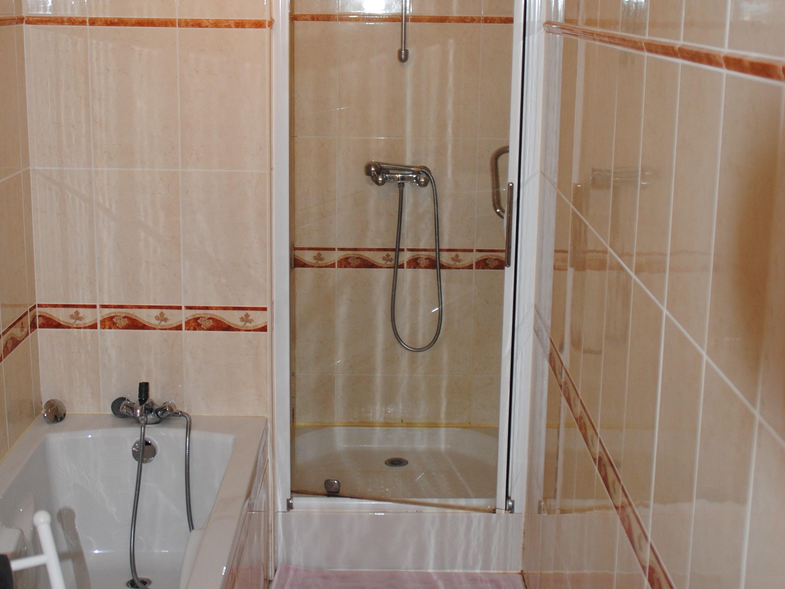 gite-baroville-champagne-sale-de-bain-baignoire-cabine-douche