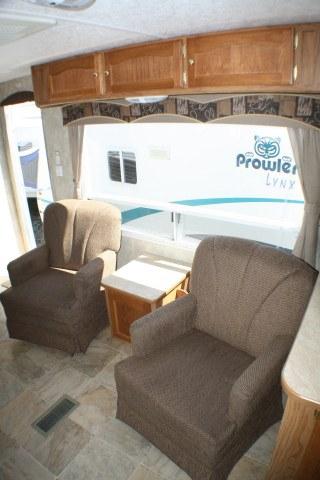 location-roulotte-gaspésie-prowler-fauteuils