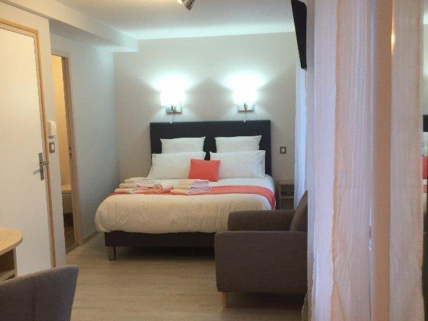 lit chambre confort plus Hotel Le Bout du Monde Saint-Four