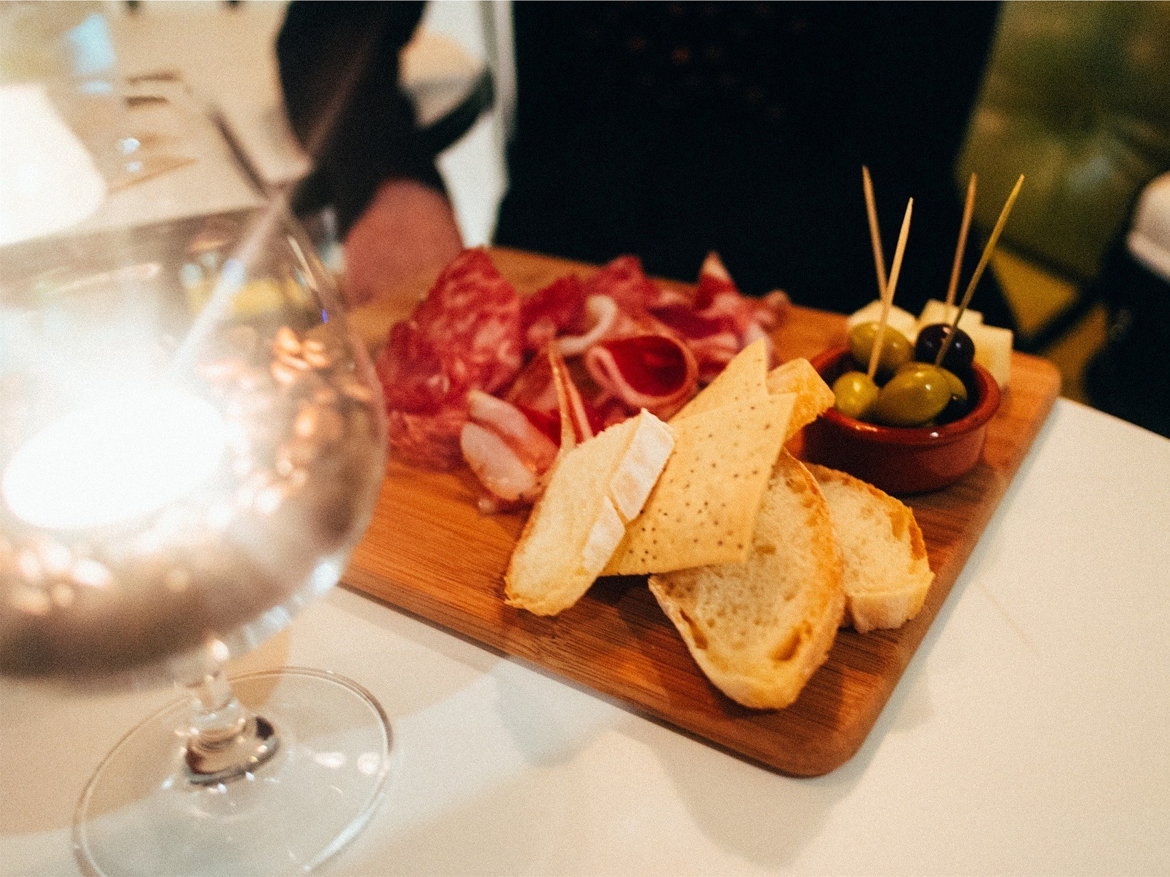 bar-a-bieres-paris-snack-charcuterie-fromage-olive-verre-pain