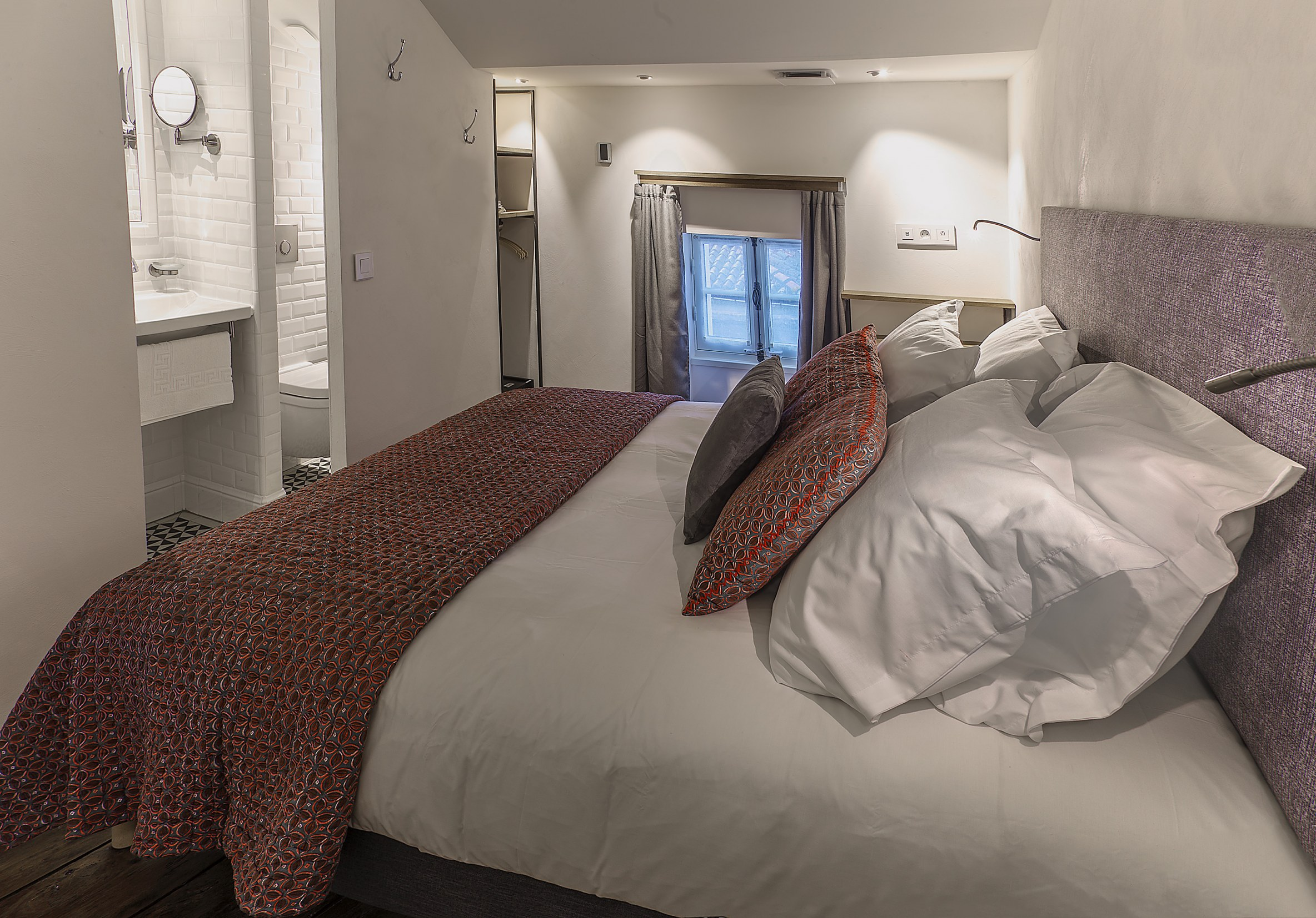 appart-hotel-angouleme-duplex-cote-cour-lit-queen-sdb