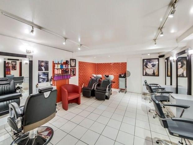 8-eme-art salon-de-coiffure-paris-15-fauteuil-miroir-produit-beaute-soin-commode