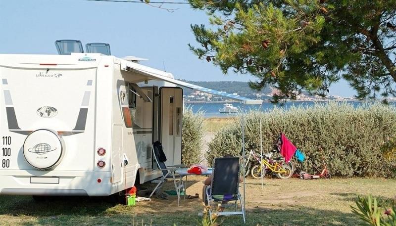 emplacement grand confort camping familial meze plage piscine