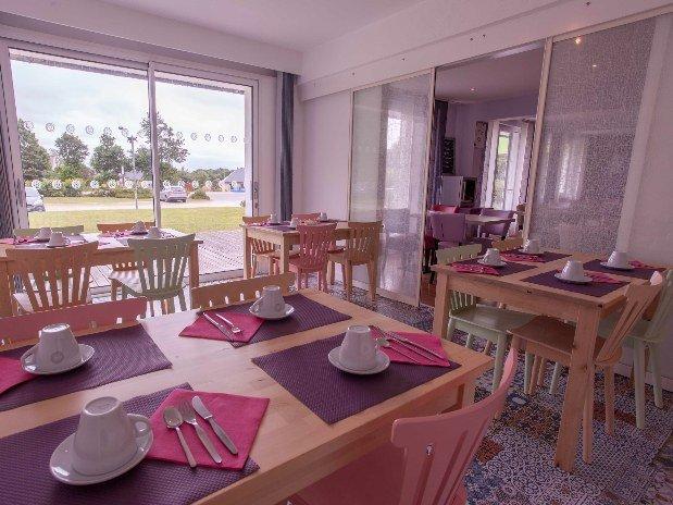 cozy-hotel-cosy-d-affaires-Morlaix-petit-dejeuner-salle-table