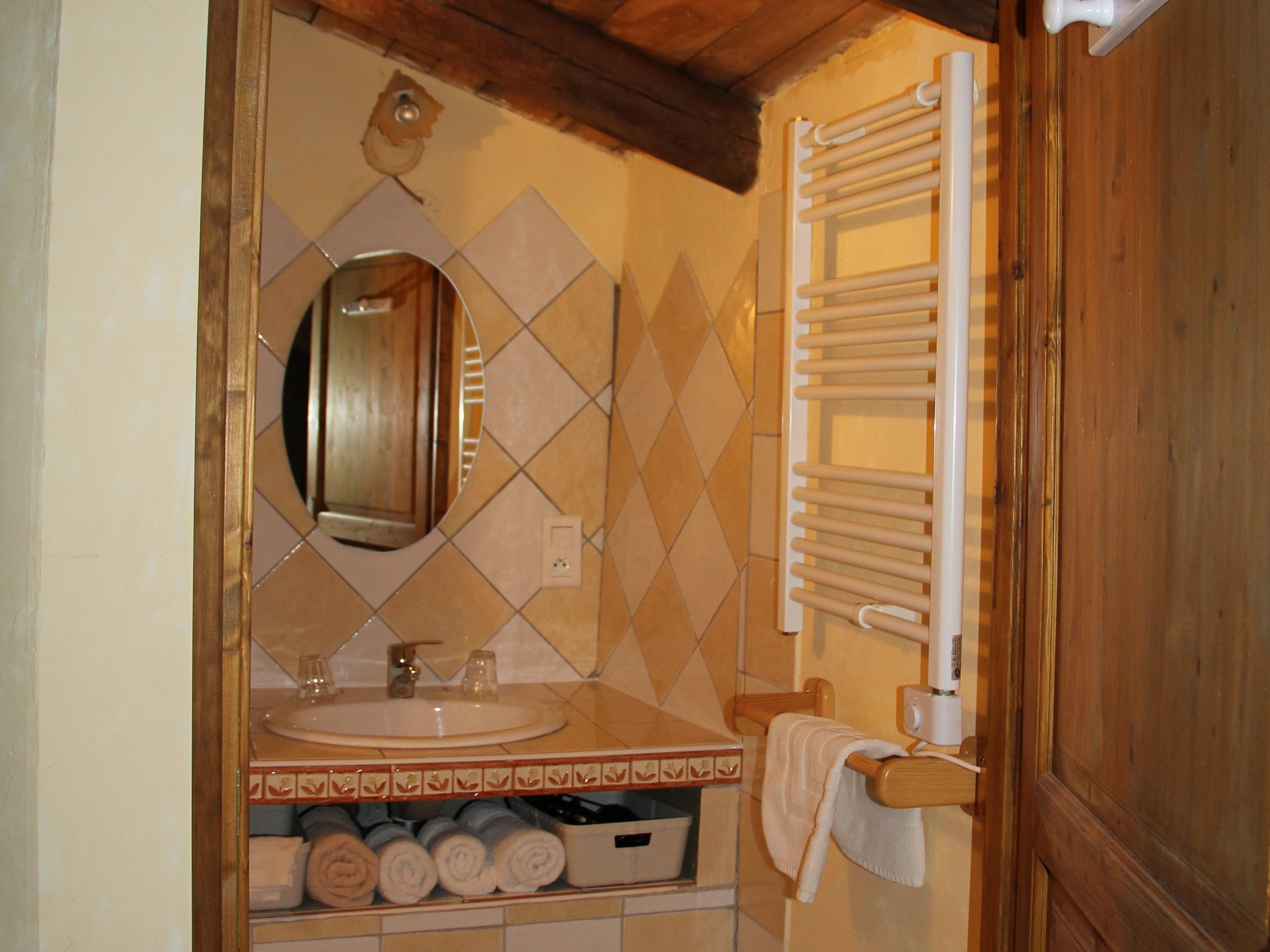 salle-de-bain-miroir-serviette-porte