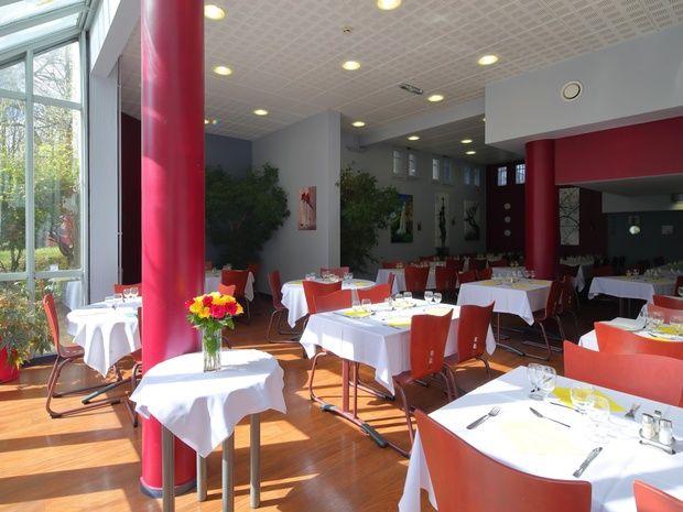 hotel-paris-13-avec-parking-restaurant-table