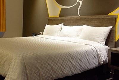 chambre-un-lit-king-hotel-laval