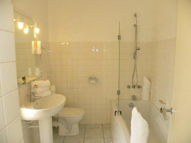triple room bathtub