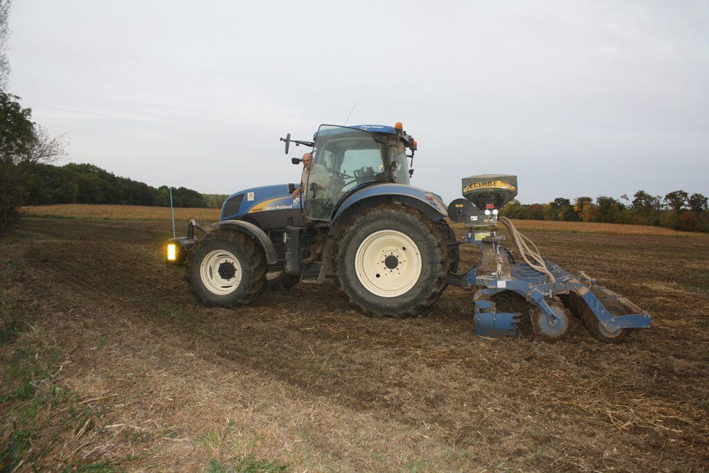 tracteur dans un champ agricole Au Cochon Pailleux Exploitation Agricole à Châteuneuf