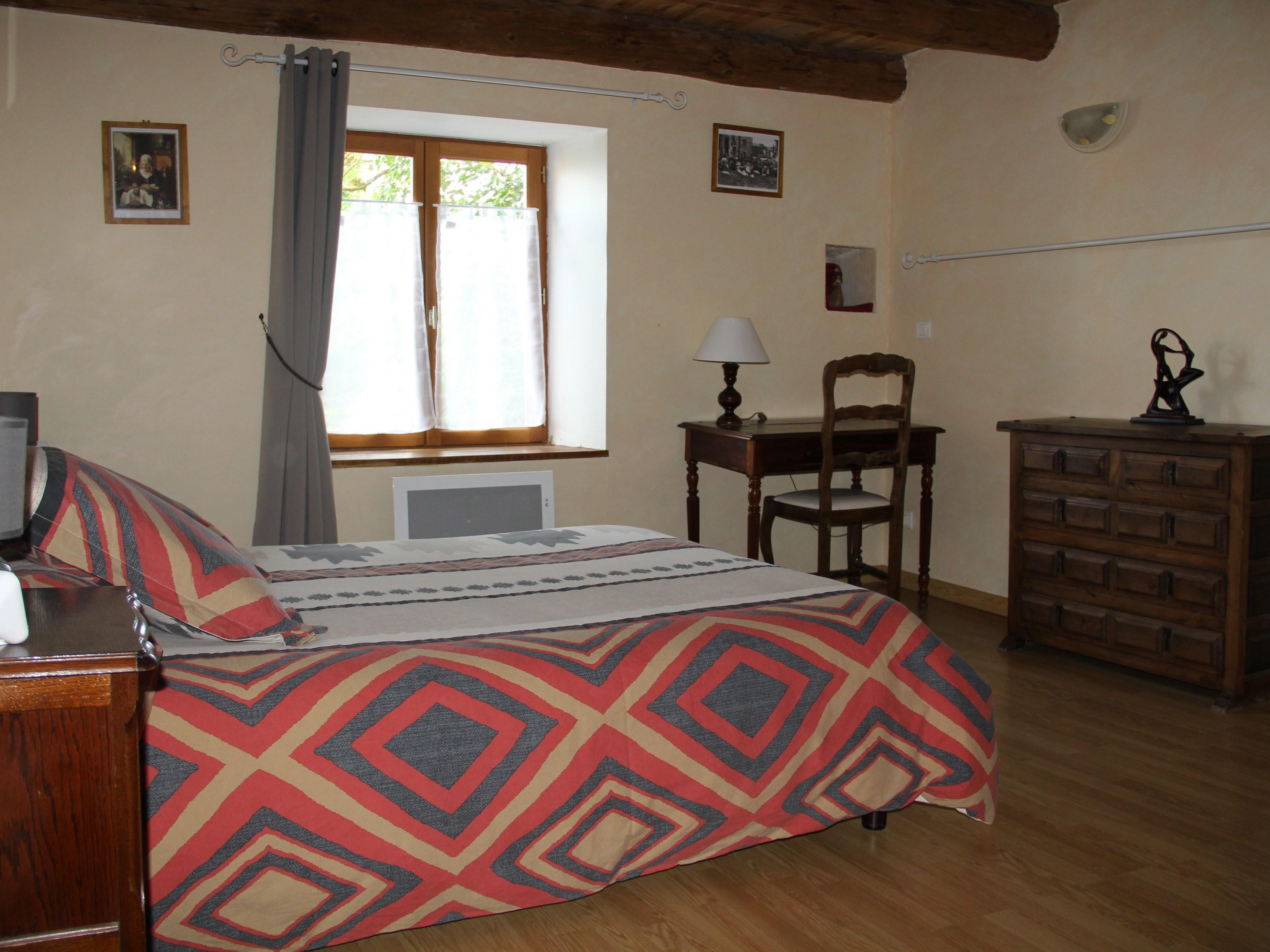 chambre-hotes-auvergne-lit-oreiller-parure-fenetre-lampe-chevet-meuble