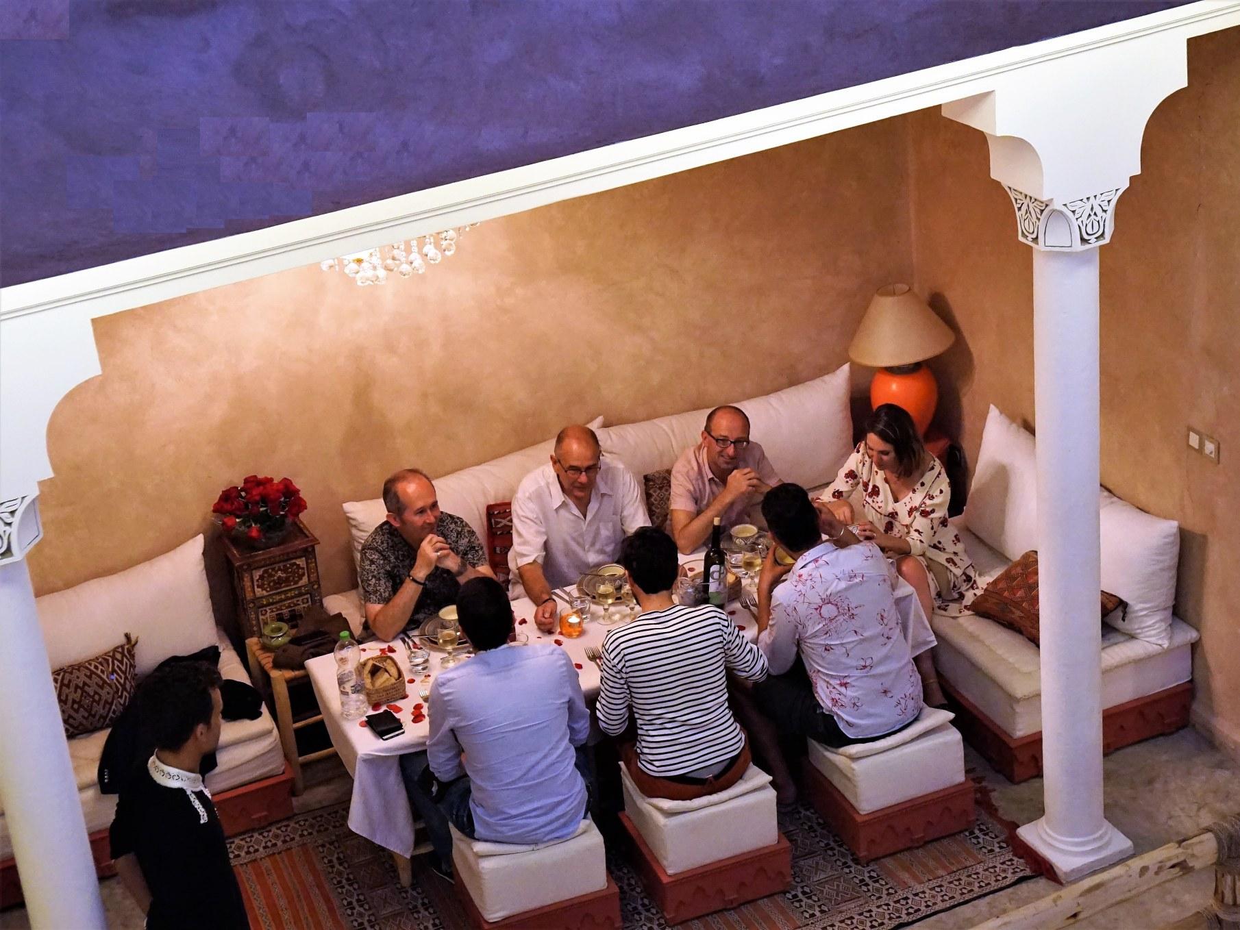 restaurant-marocain-marrakech-salon-repas-clients