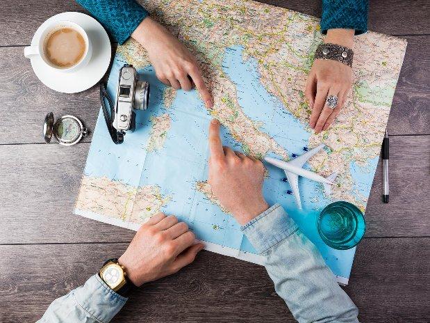 lidar-topographie-imagerie-aerienne-carte-monde-mains