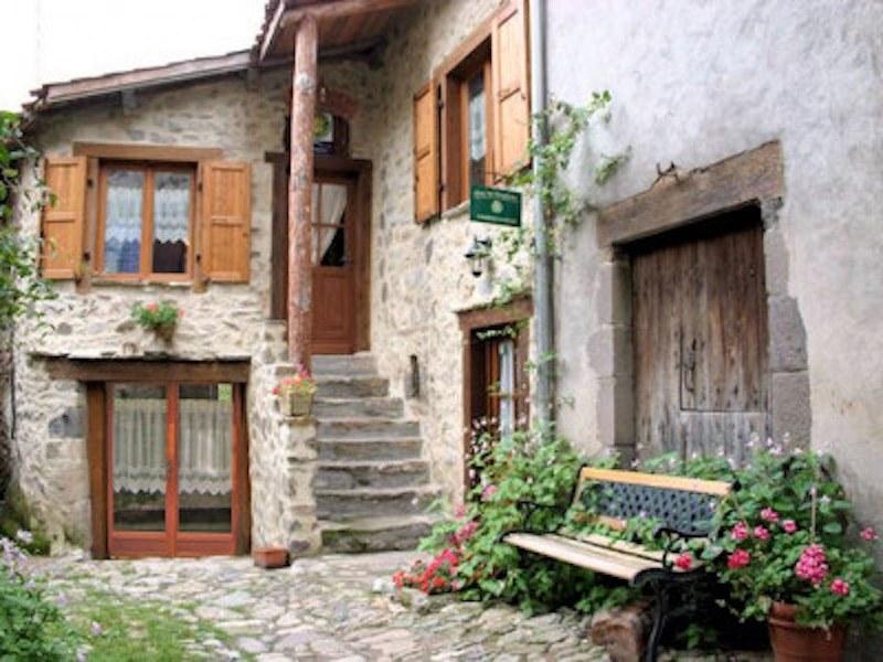 chambre-hotes-auvergne-etablissement-entree-fenetre-porte-escalier-fleur