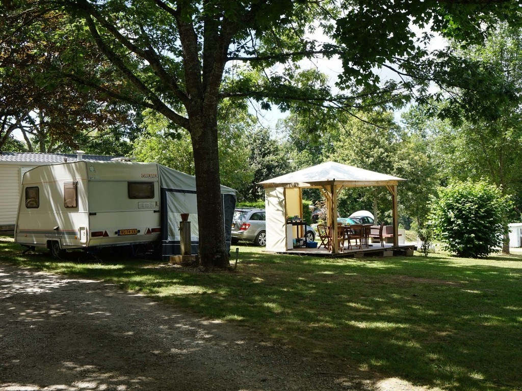Emplacements 150m² camping chambon piscine nature familale (3)