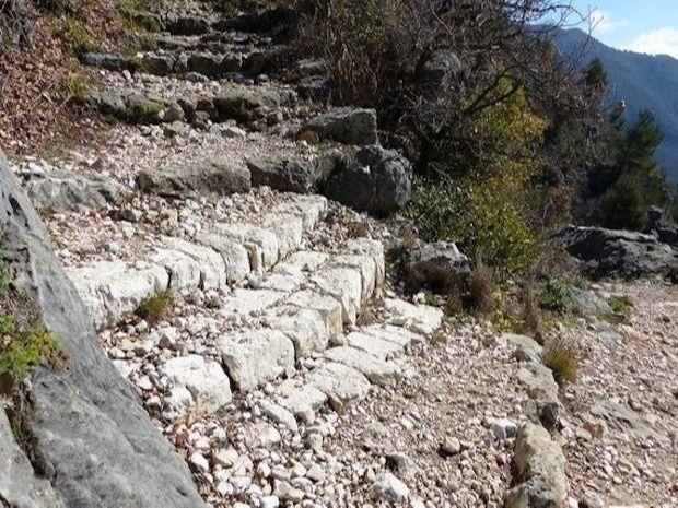 Emmarchements en pierres récemment restaurés par le Département