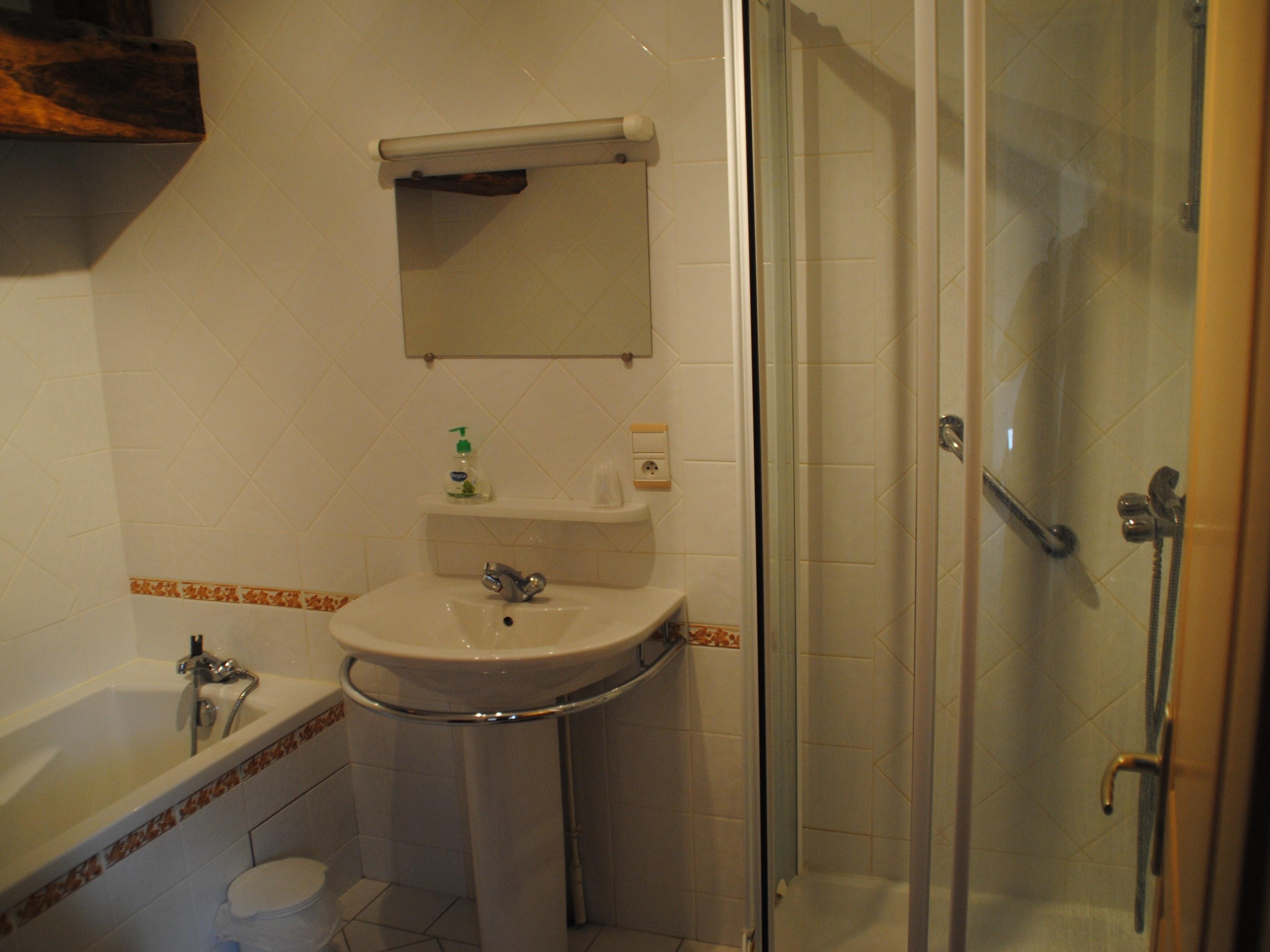 baroville-champagne-salle-de-bain-miroir-lavabo-baignoire