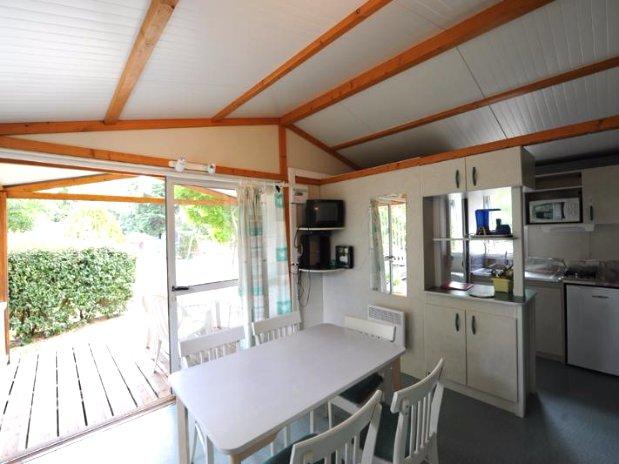 camping de l'olivier - sommieres-nimes - chalet 5 personnes-salon et terrasse