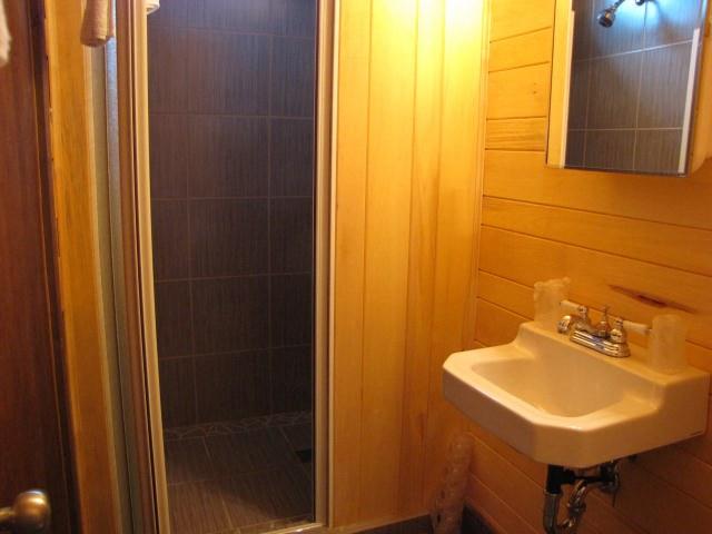 herbergement-parc-forillon-chambre-lit-queen-douche