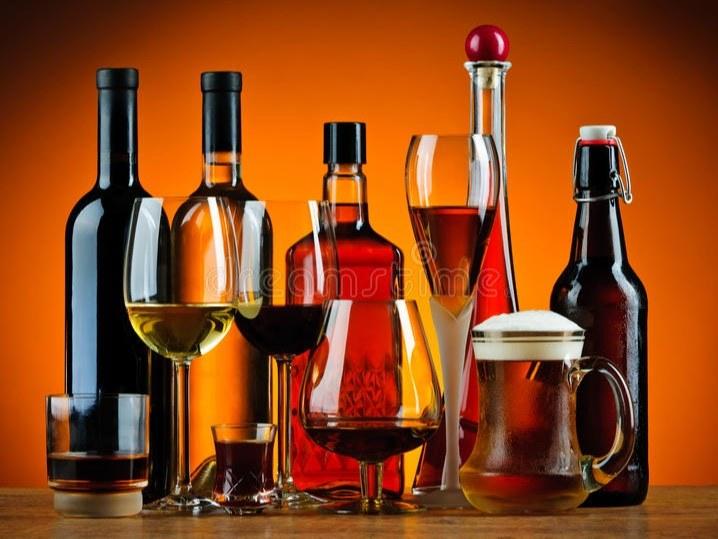 bouteilles-et-verres-de-boissons-d-alcool-32797400