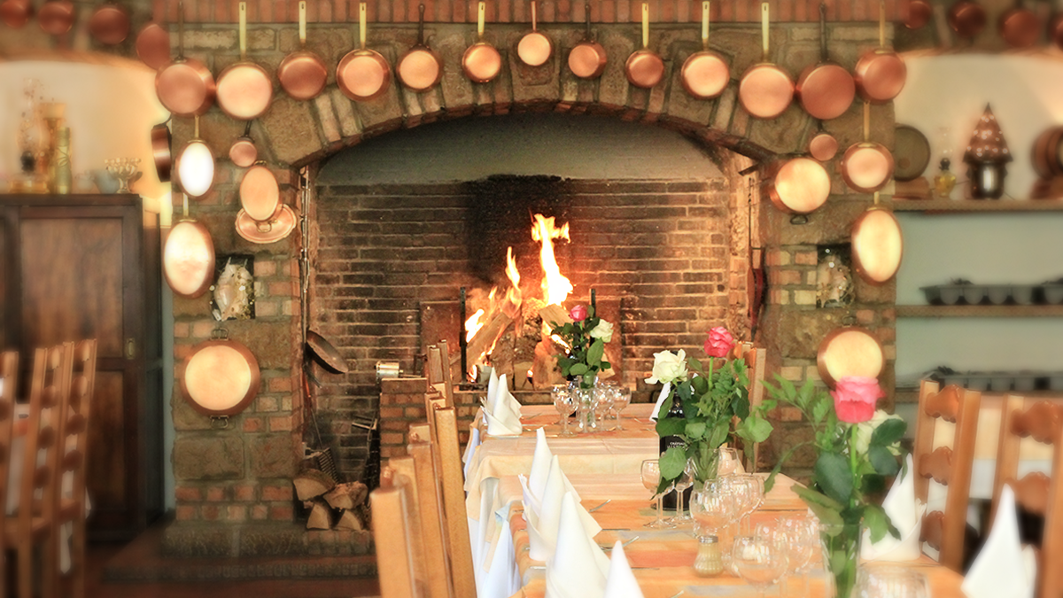 Tables devant la cheminée