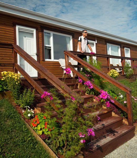herbergement-parc-forillon-motel-façade-fleurs