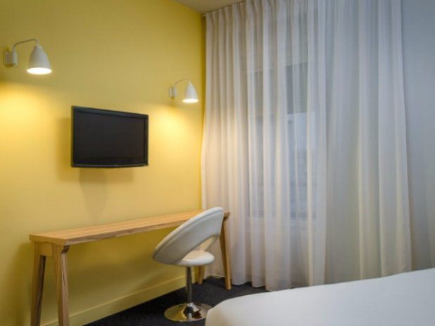 vue du lit Chambre de Chloe Hotel Marin Laval
