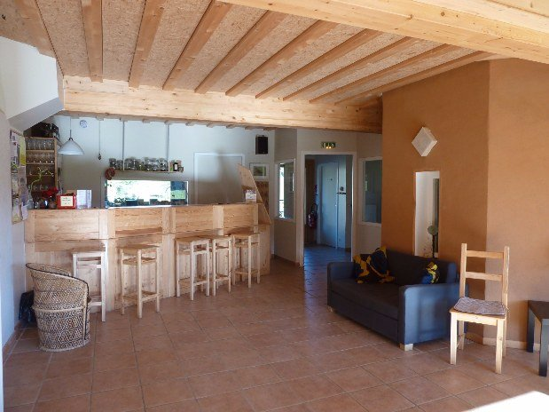 gite-randonnée-jura-salle-commune-bar