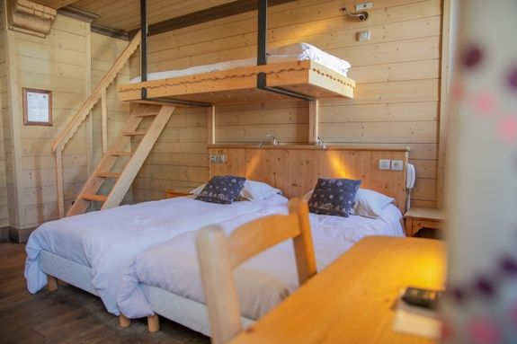 hotel-tignes-le-lac-chambre-triple-lit-oreiller-chaise-table-cadre-escalier