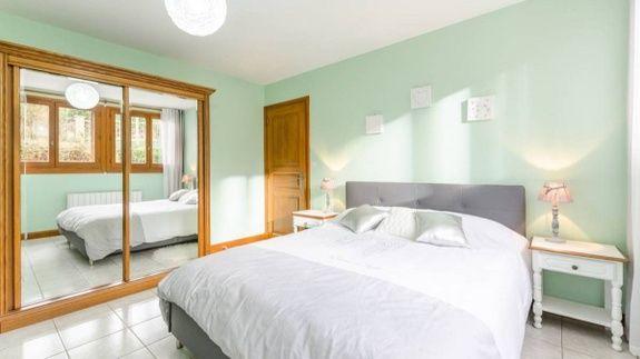 gite-champagne-6-personnes-avec-piscine-petit-ecureuil-chambre-lit-meuble-miroir-table-nuit