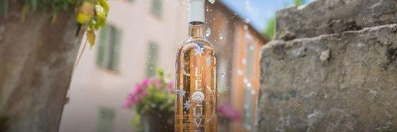 bouteille de rosé et gouttes d'eau Domaine de l'éouve vin bio côtes de provence et miels produits par la famille Ramella
