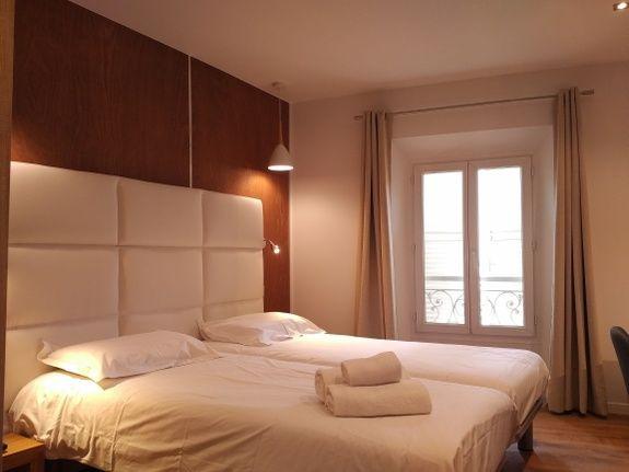 hotel-le-florian-cannes-chambre-fenetre-rideau-lit-serviette-oreiller