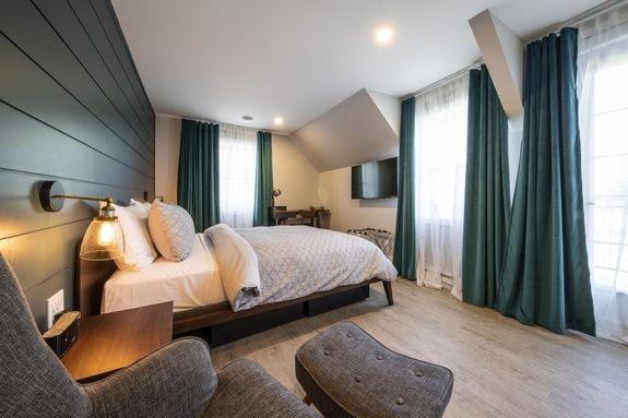 hotel-proche-aéroport-sherbrooke-chambre-supérieure-lit-queen