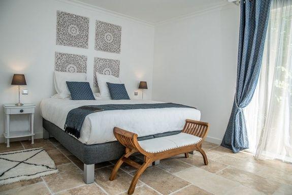 hotel-centre-ville-avec-piscine-en-salon-provence-chambre-terre-brune-lit-rideau-fenetre-cadre-oreiller