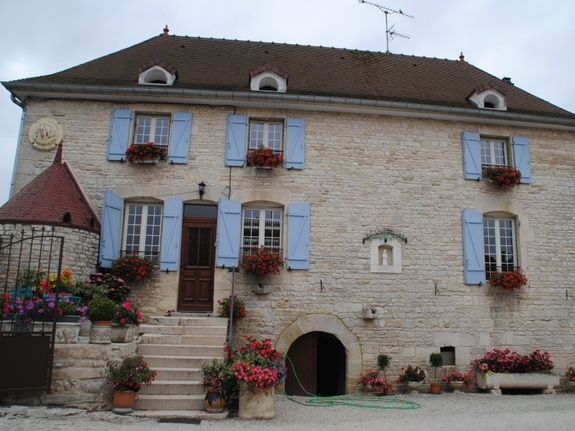 baroville-champagne-gite-facade-etablissement-fleur-fenetre-porte