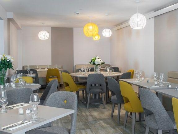 villa-bettina-la-baule-ussim-vacances-salle-de-restaurant-tables-chaises
