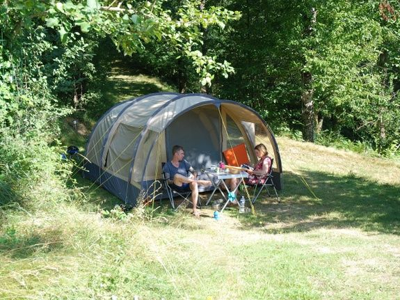 één kampeerplaats in het bos