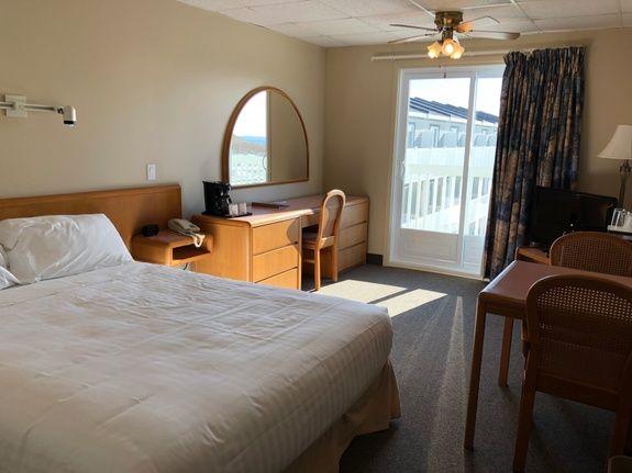 hotel-iles-de-la-madeleine-chateau-chambre-lit