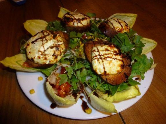 Salade de chèvre chaud sur toast aillé