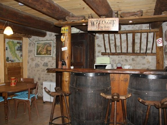 chambre-hotes-auvergne-bar-chaise-table