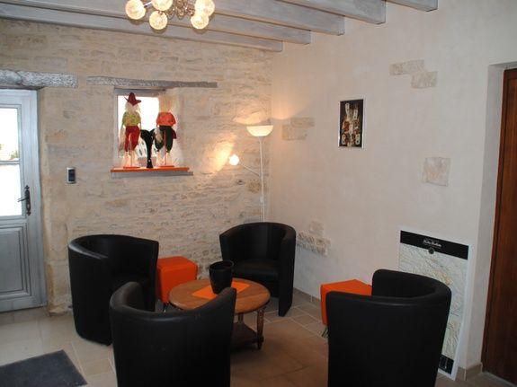baroville-champagne-fauteuils-table-salon-porte