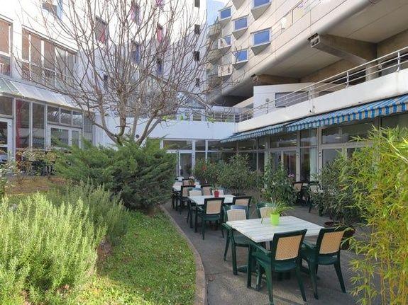 hotel-paris-13-avec-parking-tables-chaises