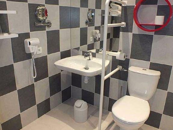 hotel-anne-de-bretagne-blois-centre-ville-salle-de-douche-PMR-chambre-triple-supérieure-PMR