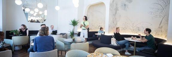 patisserie-orientale-paris-kanoun-salle-service-table-chaise-client-lustre-fauteuil